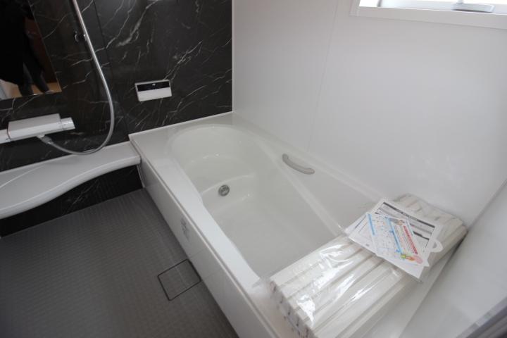 半身浴もでき、節水効果も期待できる エコベンチ浴槽を採用♪ ゆったり1坪タイプの浴室です。