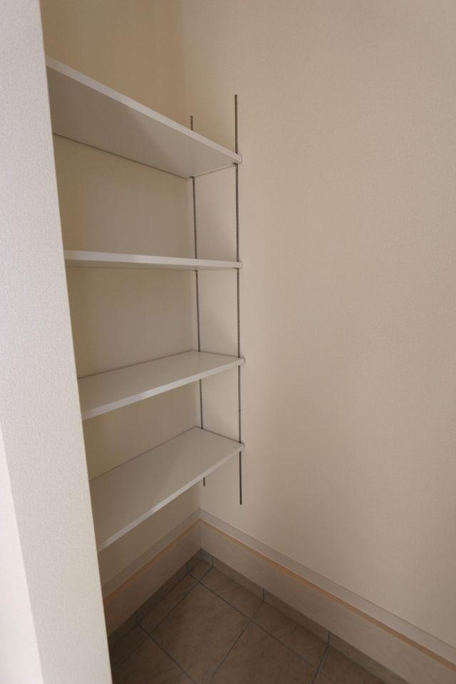 シューズボックスの向かい側に 可動式の棚もございます。 ベビーカーやアウトドアグッズ等を 収納して頂いてはいかがでしょうか。
