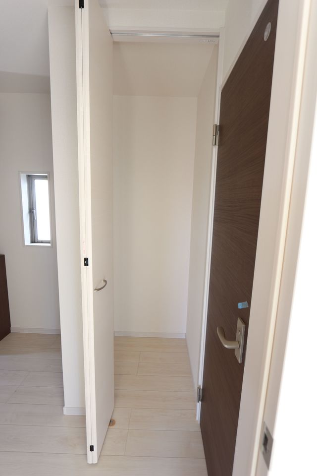 1階廊下にも収納を設置しました。 少しのスペースでも有効活用!!
