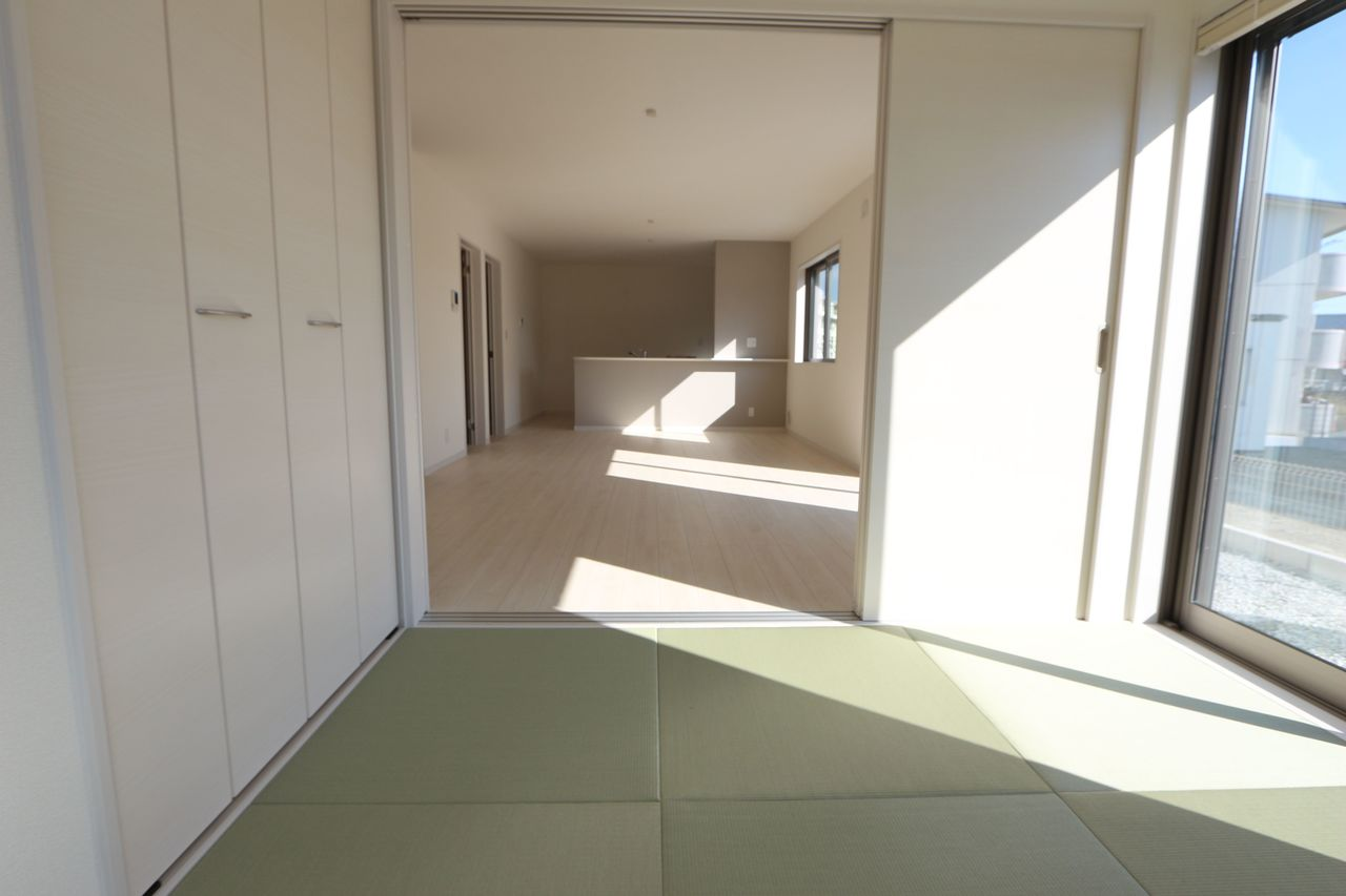 押入れのある和室は寝室や客間として 大変便利にご利用頂けます。 リビングに続入ており開放的なお部屋です