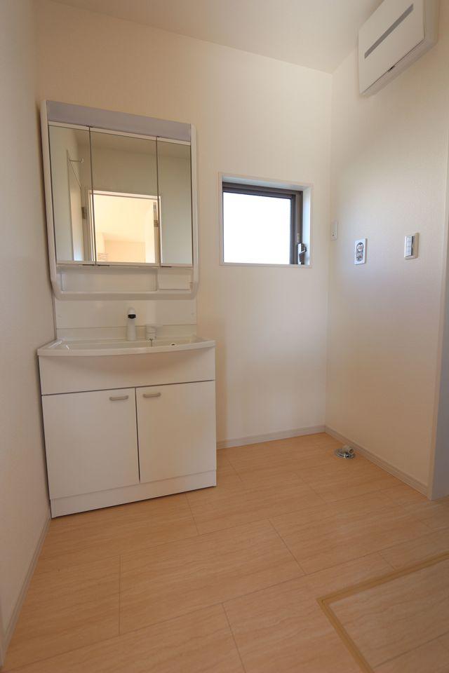 キッチンから直接出入りできる便利な間取りです 大きな洗濯機も無理なく設置して頂けます。 床下収納庫もございます。