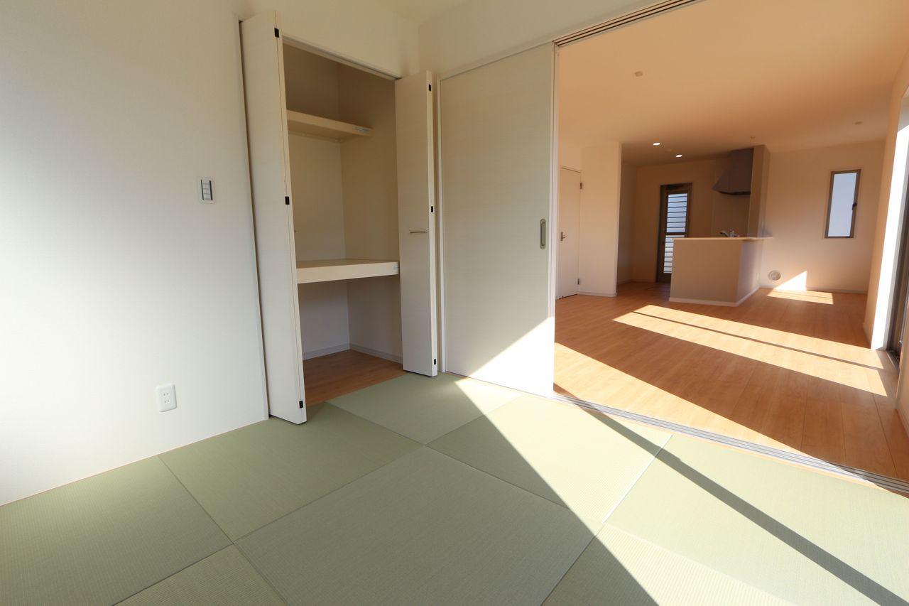 リビングに続く和室は大変開放的です。 2面採光で明るさも確保しております