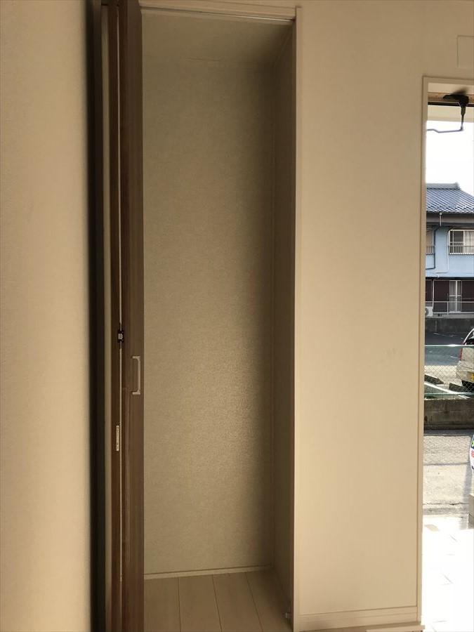 玄関横の収納スペース。ちょっとした収納スペースがとっても役立ちます◎お出かけ用品など入れてもいいですね♪