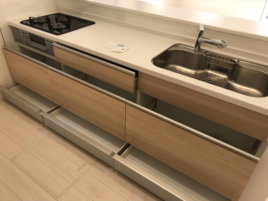 収納力抜群のキッチン!無駄の無い造りになっています◎お料理スペースも広々でストレスなくお料理できそうです(^^)