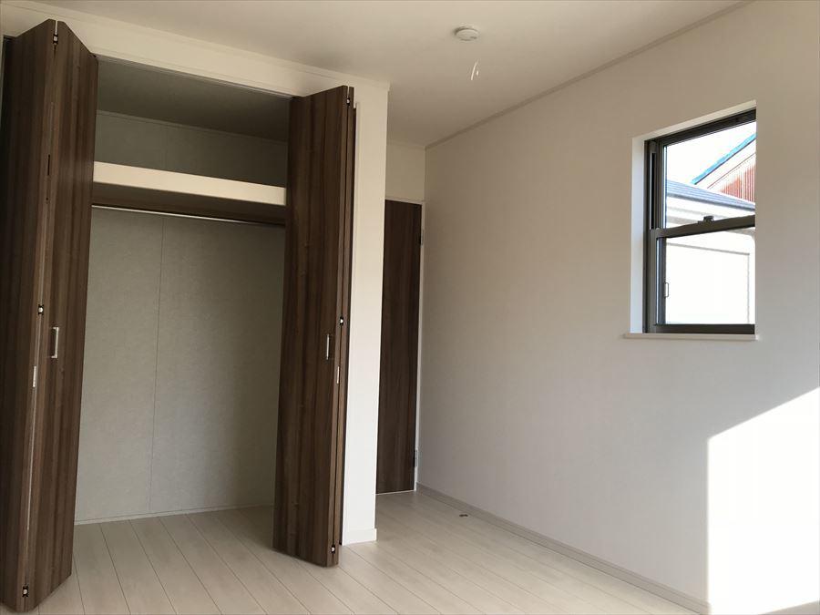 2階6.5帖の洋室。窓の造りがお洒落です♪南向きで暖かな光が差し込みます(^^)