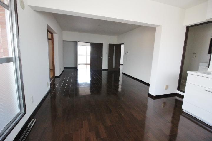 中央に位置するLDKは、各居室にもつながり家族全員が顔を合わせる場所に…。