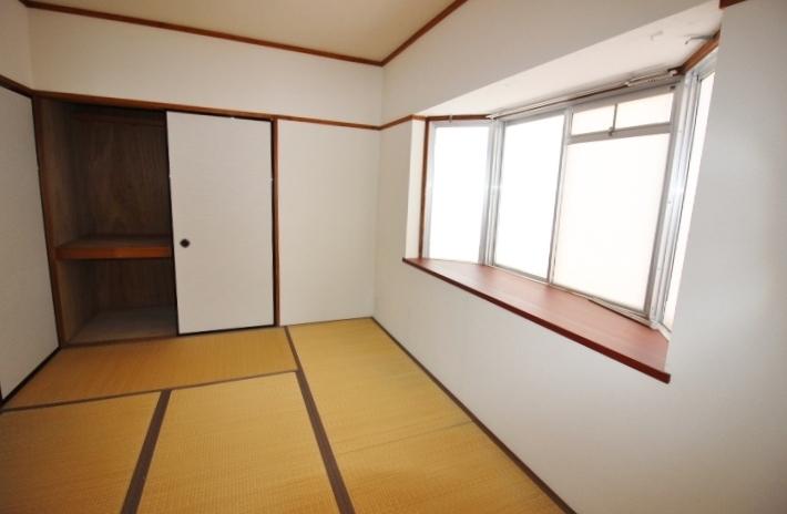 出窓のある和室です。窓際に家族写真や花瓶、インテリアも楽しめそうですね。