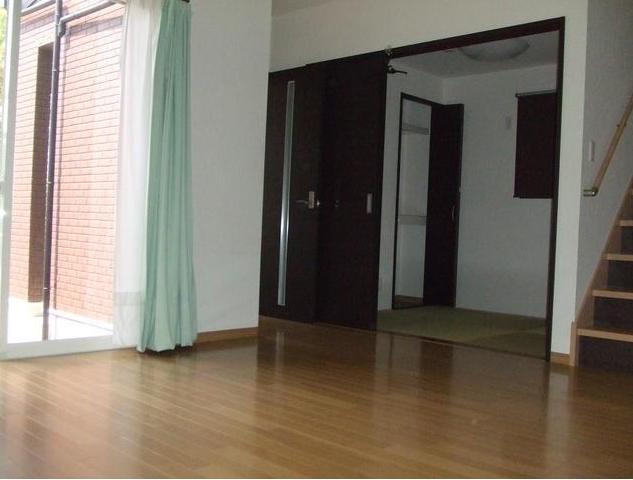 リビング横の和室は、仕切りの扉がふすまじゃないので、 全体的にシックにまとまっています。