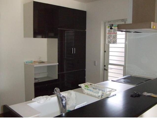 カウンターキッチンは、リビングでくつろぐ家族の様子を常に感じることができます。 また、備え付けの収納もありがたいですね。