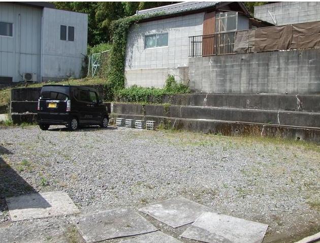 家の向かいにある空き地に、駐車場を複数台とめることができます。 ご家族が増えても安心ですね。