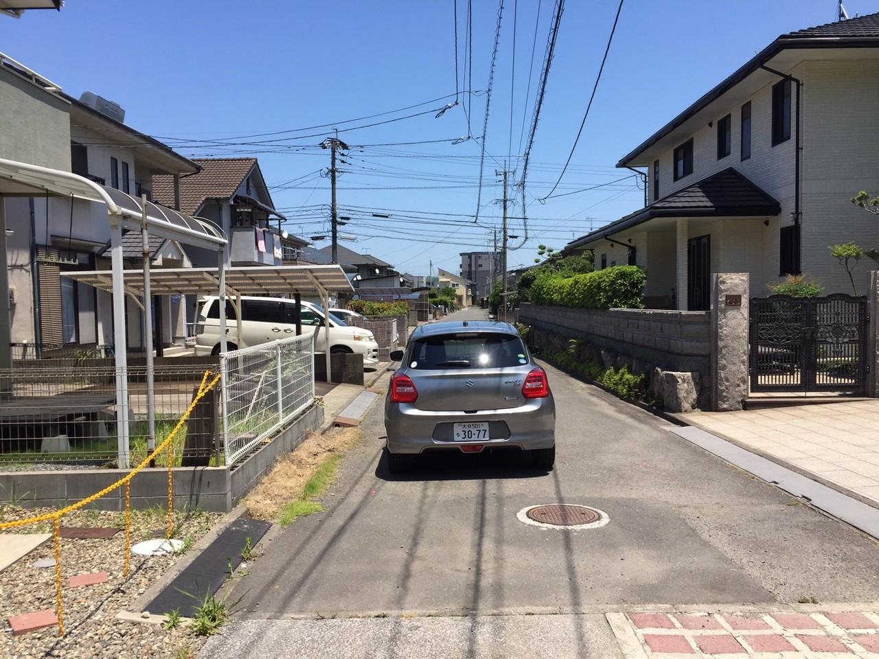 家の前の道路も広いので、車の出し入れがスムーズに行えますね!