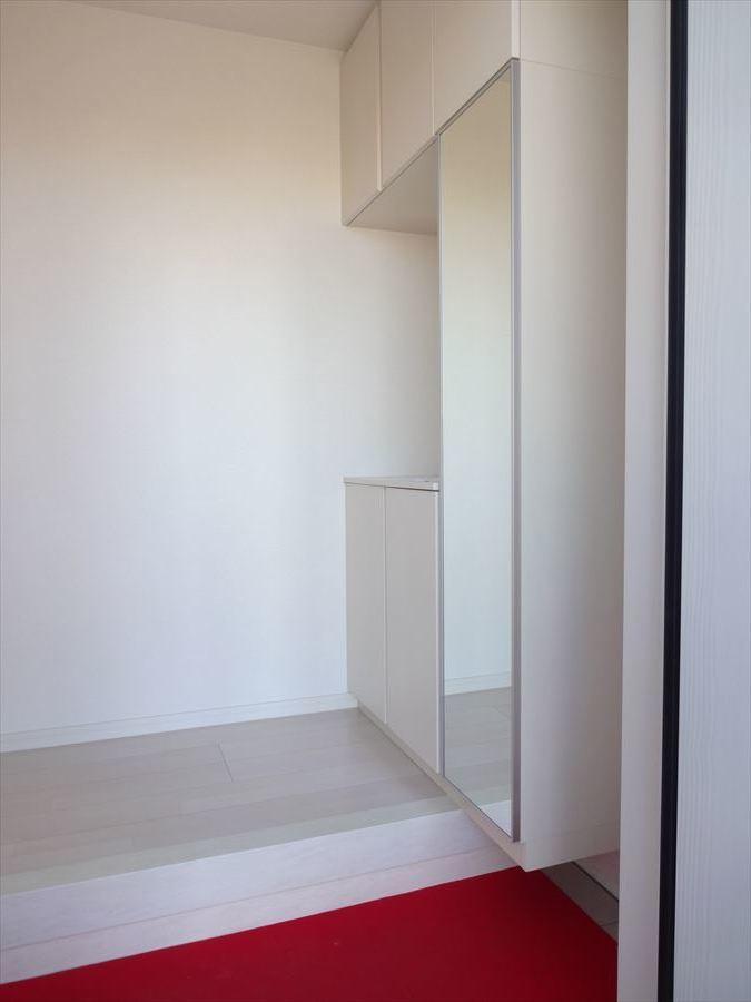 玄関廻りがすっきり片付く、収納力豊富な鏡扉付シューズボックス♪