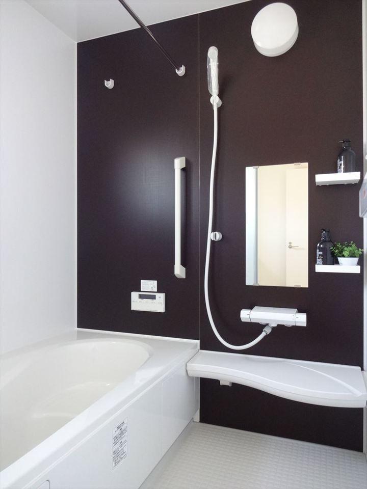 浴室にも窓から明かりが差し込みます。明るいうちからバスタイムでリラックスできそうです。