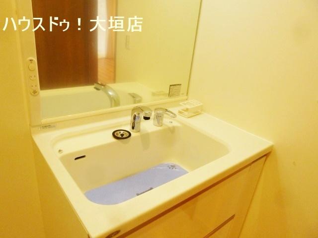 ワンちゃんのシャンプーが楽にできるハンドシャワー付きの大きな洗面台。