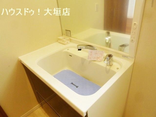ワンちゃんのシャンプーがラクにできるシャワー付きの大きな洗面台。