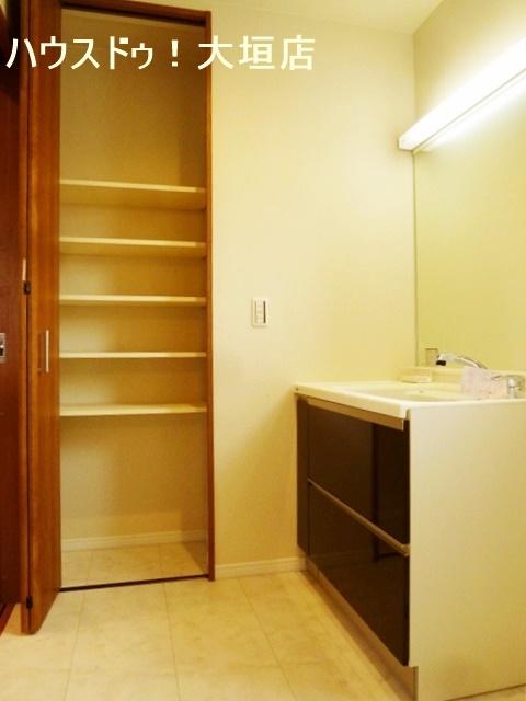 収納が確保された洗面まわり。消耗品のストックなどに便利ですね。