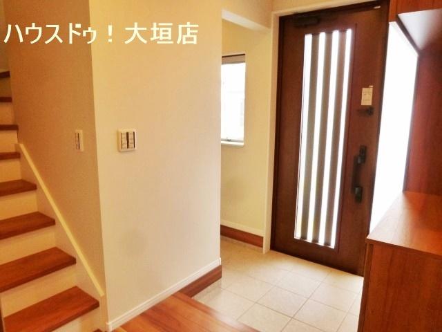 明るい玄関まわり。気持ちの良い光が入り込みます。