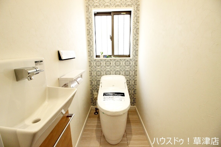 1階のトイレです。トイレとは別に手洗いがあるのは便利ですね。トイレとは別に手洗い器があるのも嬉しいポイントですよね