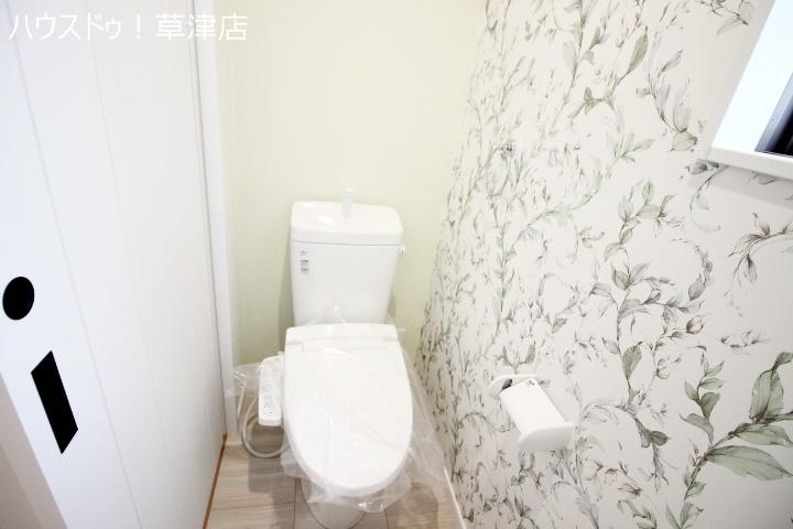 2階のトイレです。1階とは別印象のクロスで、落ち着いた空間ですね。