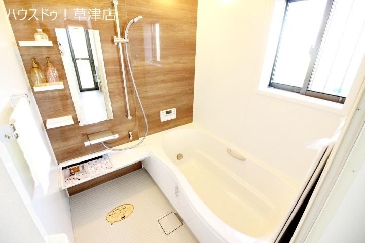 一日の疲れを心地よく癒してくれる浴室には乾燥機がついており雨の日に大活躍 冬の億劫なバスタイムも温かく楽しくなりそうです