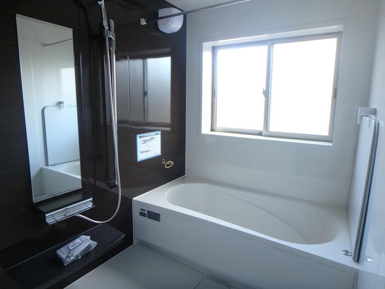 バスタブもひろびろ!足を伸ばしてくつろげます! 浴室乾燥機、追い焚き機能付き!