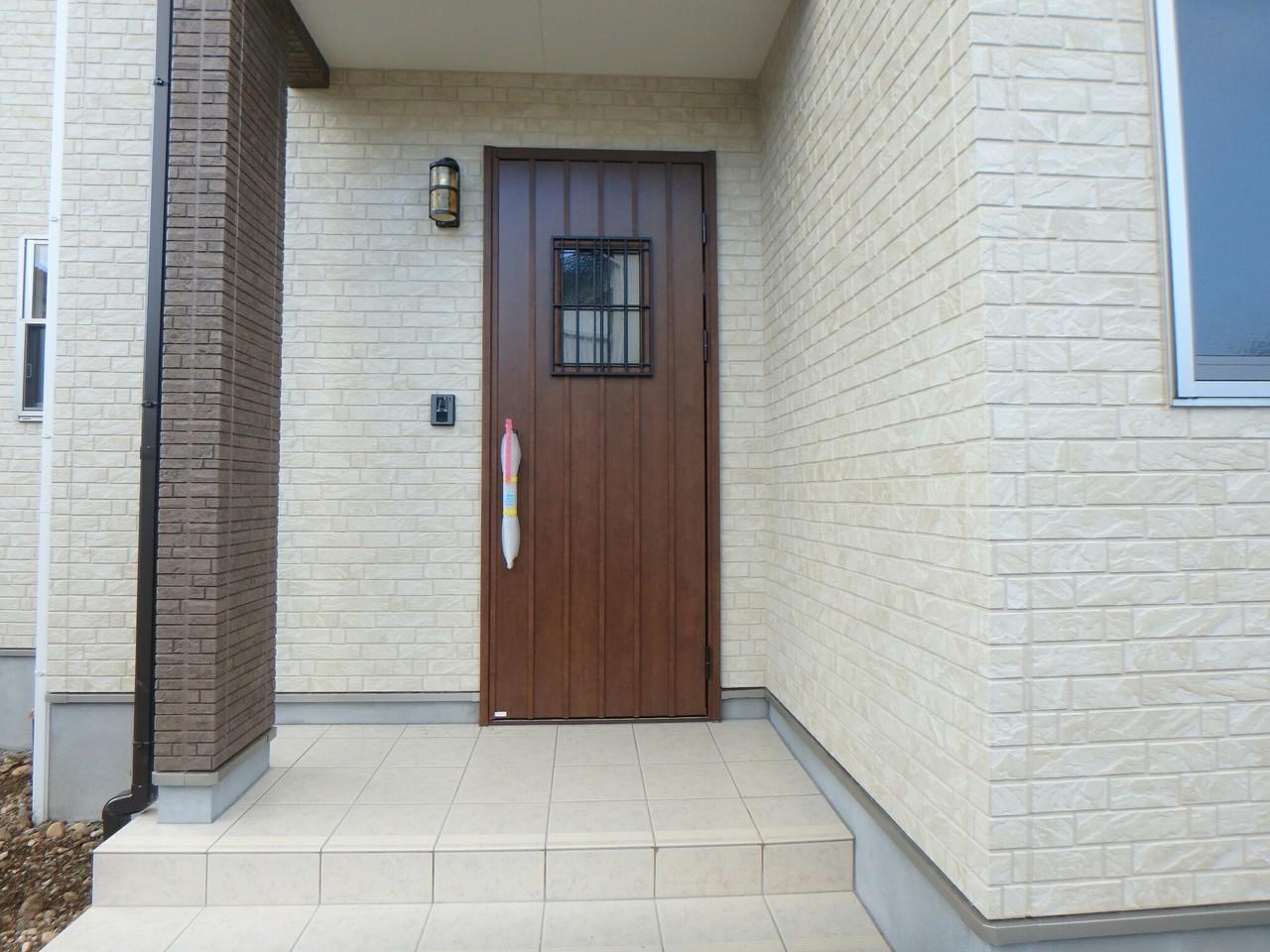 木目調の玄関と、レンガの外壁がとても落ち着いた雰囲気になっていますね。