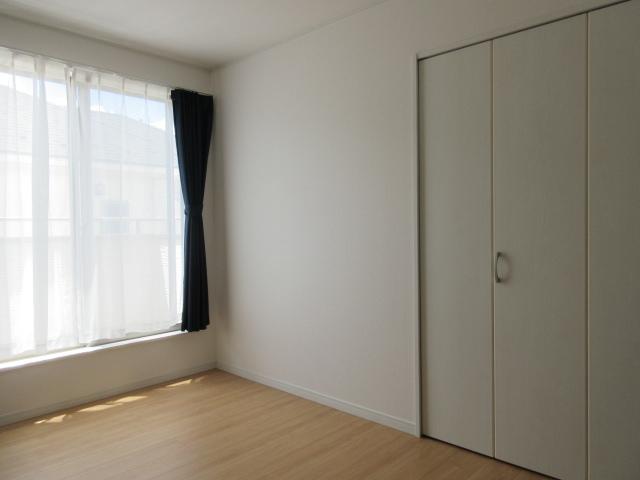 2つの部屋にまたがるバルコニーは広々としていますので日々のお洗濯はもちろんお布団も干せます◎南面バルコニーなので日当たりも良好です(^^)