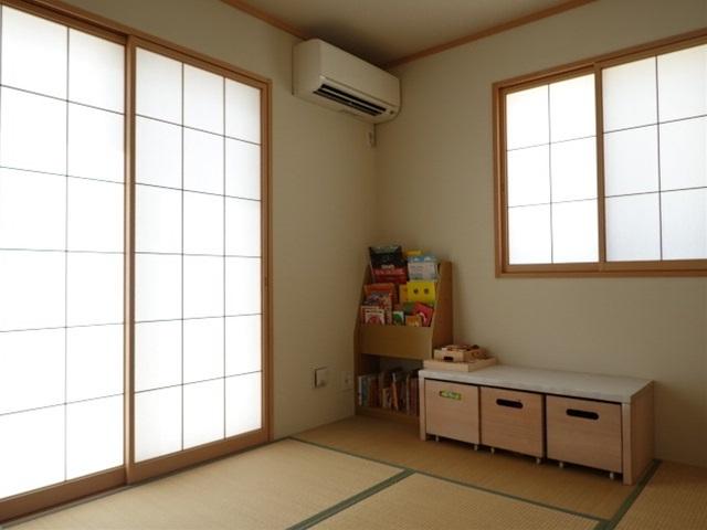 玄関は収納スペースも充分ございますのですっきりとお使いいただけます◎明るく光が差し込み暖かい雰囲気の玄関です♪