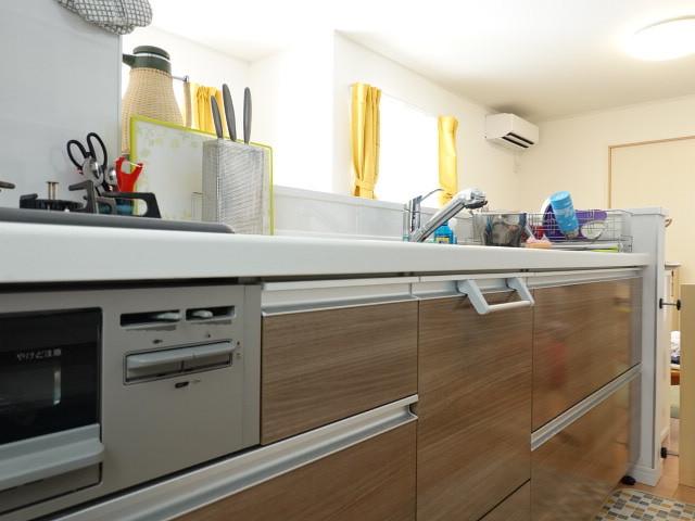 木目調の収納スペースがお洒落感を際立たせます♪リビングを見ながらお料理ができるので小さなお子様がいても安心です◎