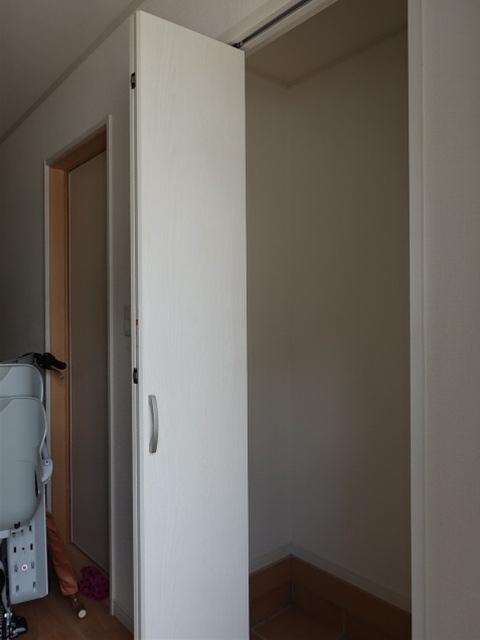 リビングからも廊下からも行ける洗面所はとても便利!真ん中ではなく右側に排水口が付いていますので綺麗にお使いいただけます◎