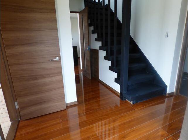 階段やドアもリフォームしているので、とても綺麗です。