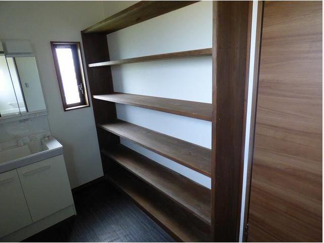洗面所には、壁一面の収納棚を完備。タオルや備品など、たくさん収納できます。