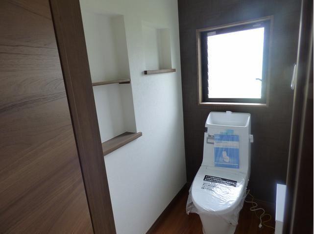 トイレももちろん新品♪ 明るい日差しの入るトイレは、気持ちいいですね。 収納棚があるのも嬉しいポイント♪