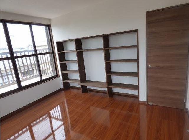 2階の洋室のも、壁一面の収納棚を設置。 家の空きスペースを有効活用できますね。