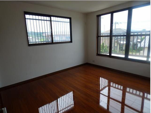 窓が2箇所ある洋室は、日当たり・風通しが良く、気持ちがいいですよ。