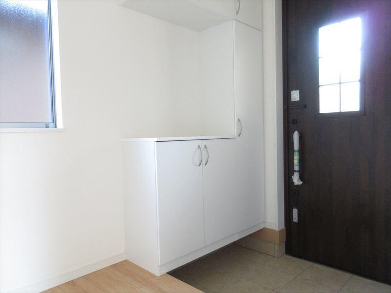 デザインがお洒落な玄関。物を置くスペースもあるのでウェルカムボードや写真立てなどおいてお客様をお出迎えもいいですね♪