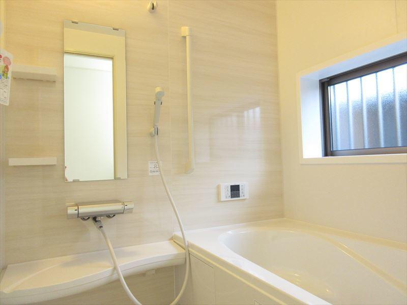 明るい雰囲気の浴室は清潔感もあり、気分も明るくなります♪壁を装飾してお洒落にDIYも良さそうです(^^)