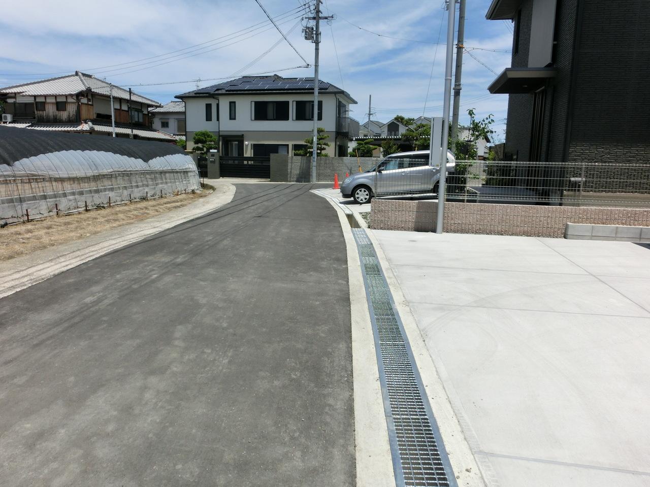 ※2017.6.17撮影 前面道路は広く(幅員4.7m)駐車場との段差なしです