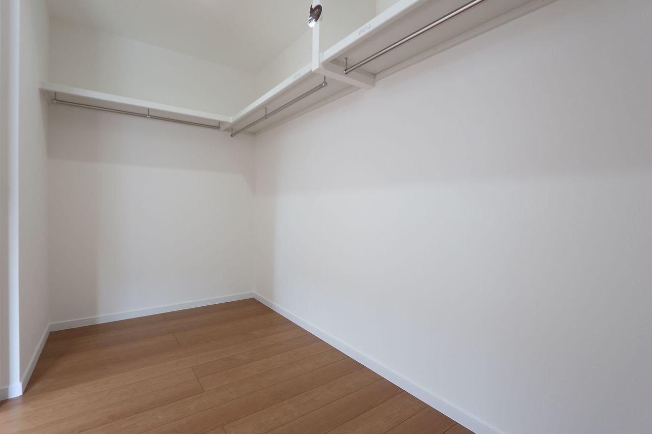 8帖洋室にはウォークインクローゼットを配置。 約4帖の広さがあり、お手持ちのタンスや チェストを置いて頂けます!