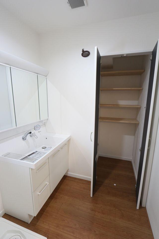 洗面室に大容量の収納を作りました。 日用品のストックやタオル等を おさめて頂くのに大変便利です。