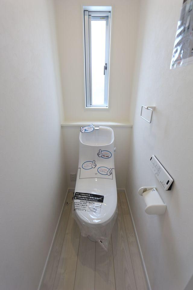 2か所のトイレは朝の混雑緩和に活躍します。 1・2階共にウォシュレット完備。 タンクレスでお掃除楽々♪清潔に保てます。
