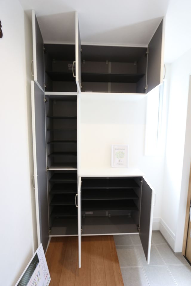 玄関には大容量のシューズボックスを設置しました。 40足収納可能で、散らかりがちな玄関に嬉しい設備です。