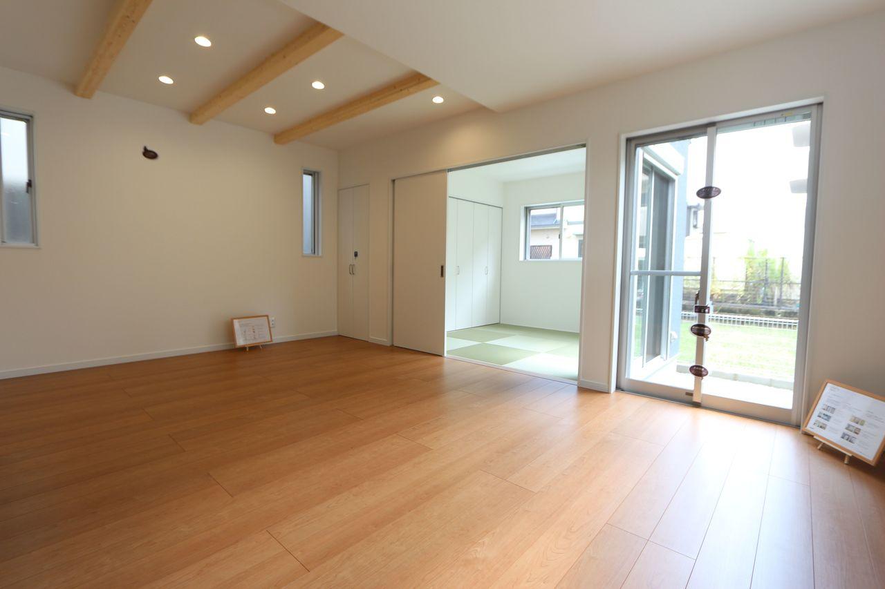 和室と合わせて22.5帖の大きな空間です。 お客様が大勢いらしても、ゆったりおくつろぎ頂けます。 大きな窓から日差しがたっぷり入ります。