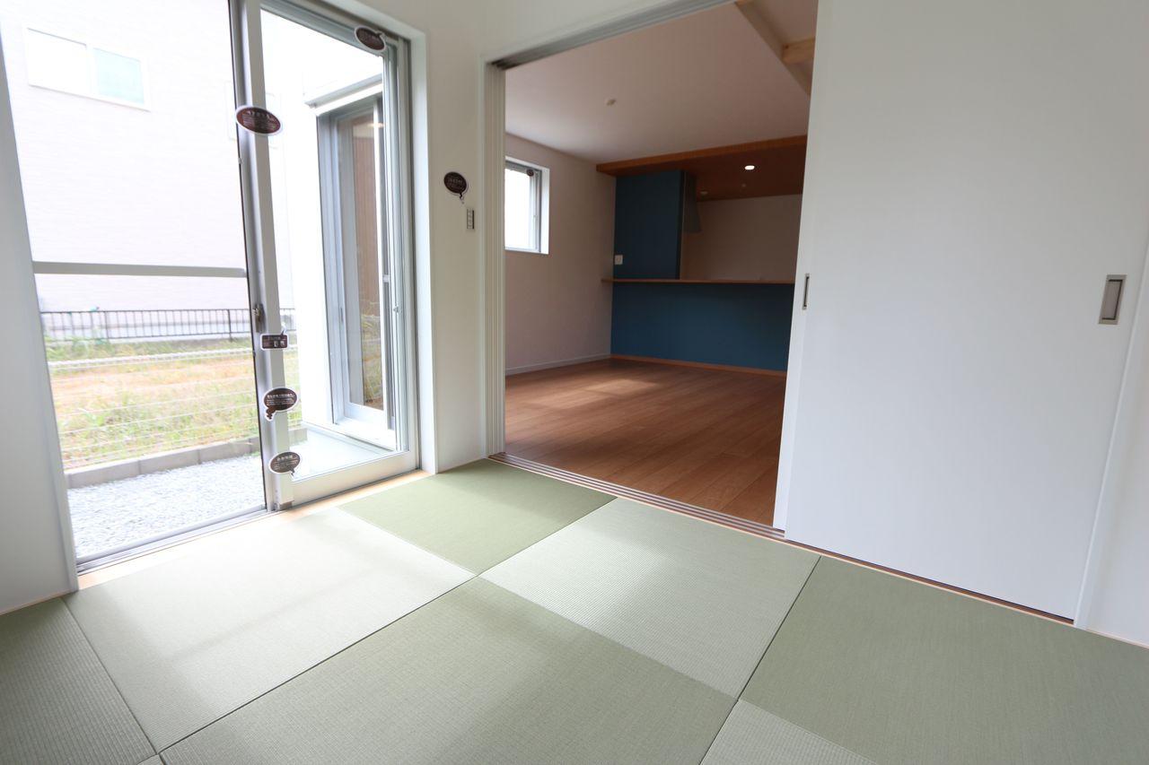 南向きの明るい室内。 琉球畳を採用し、お洒落な印象になりました。 リビングに続く開放的な空間です。