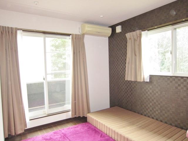 2階7帖洋室。 おしゃれな壁紙。 ウォークインクローゼットへ出入りできます。