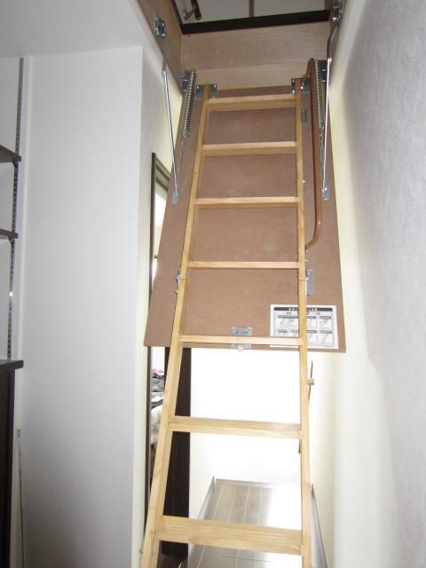 天井裏収納へ登るための収納はしご。 手すり付です。