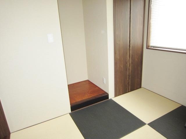 1F和室。 カラー畳でモダンな雰囲気。 床の間、仏間として使えるスペースあります。