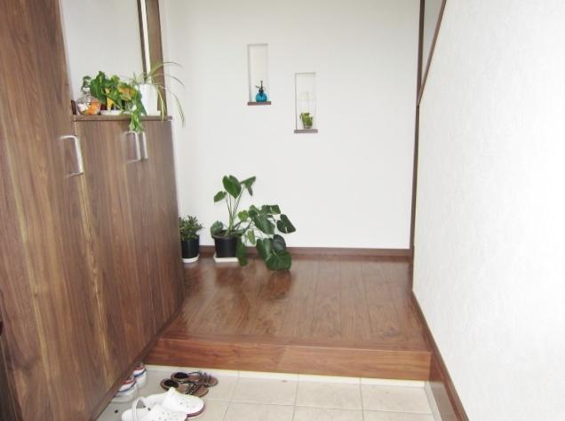 吹抜け玄関で開放的。 たっぷり収納できるシューズボックス。 飾り棚にお好きな雑貨を飾ってお客様をおもてなしできます。