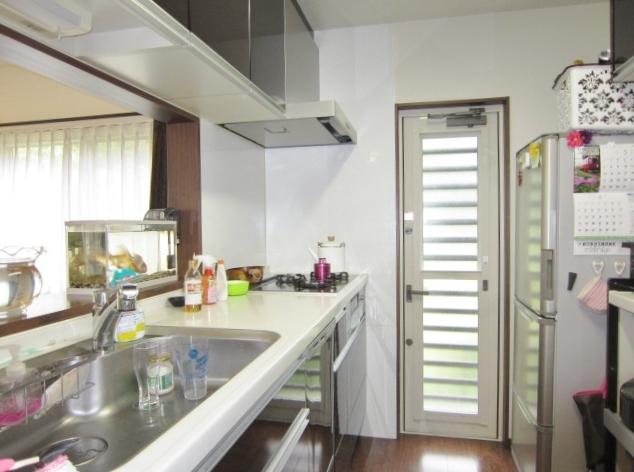 パナソニック製システムキッチン。 人造大理石キッチンカウンター。通常より高く作られているため、腰への負担減。背の高いご主人様でも楽々♪ パワー除菌ミストで隠れた菌もはがし取る食器洗い乾燥機。