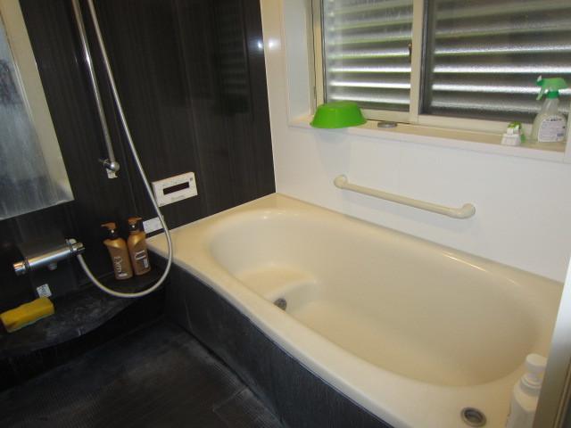 パナソニック製バス:ココチーノ。キレイが続く「スゴピカ素材」有機ガラス系人造大理石浴槽。 暖房換気乾燥機付。 ゆったりとしたやさしいカタチのエスライン浴槽。